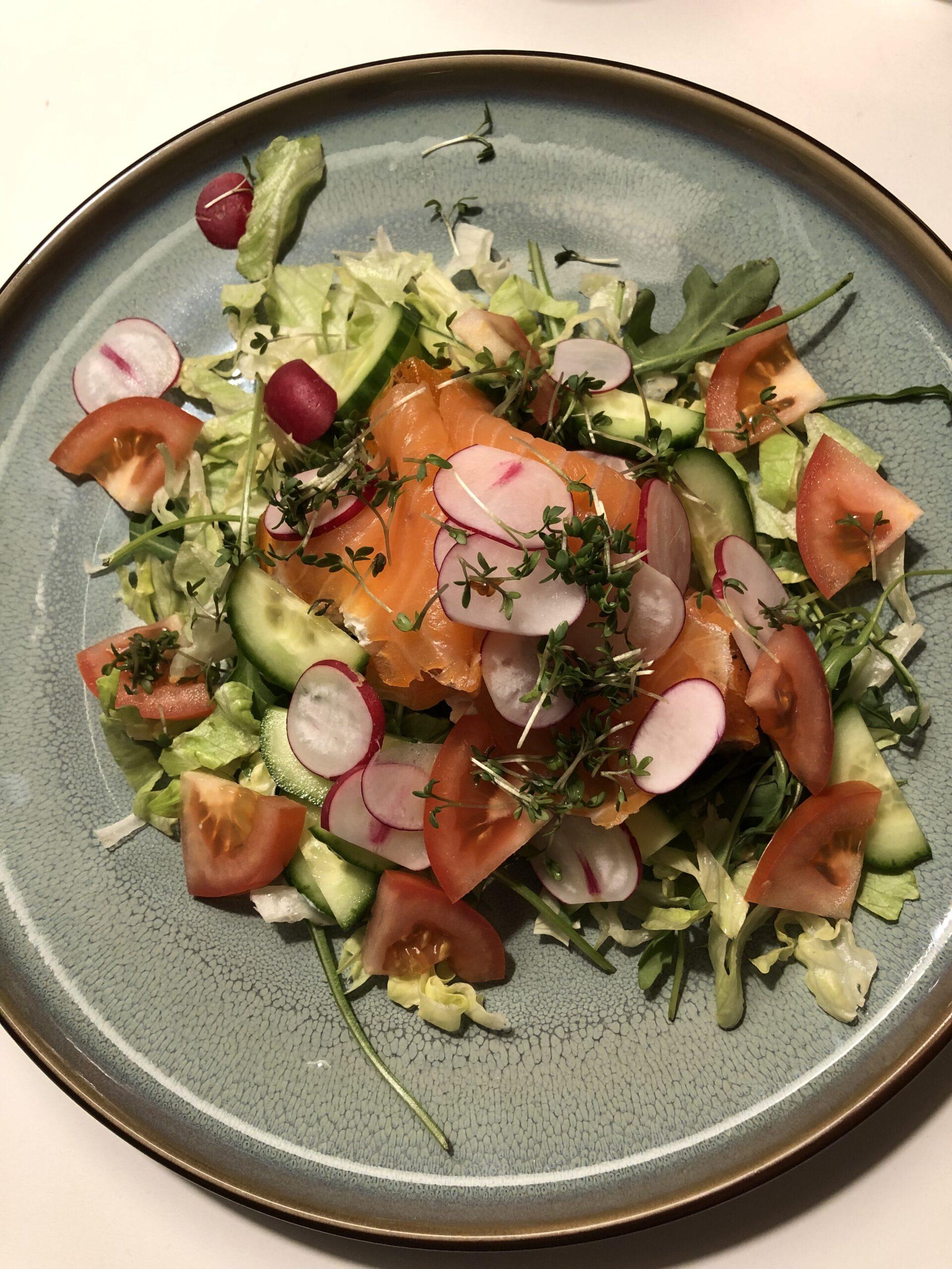 Frisk salat med røget laks