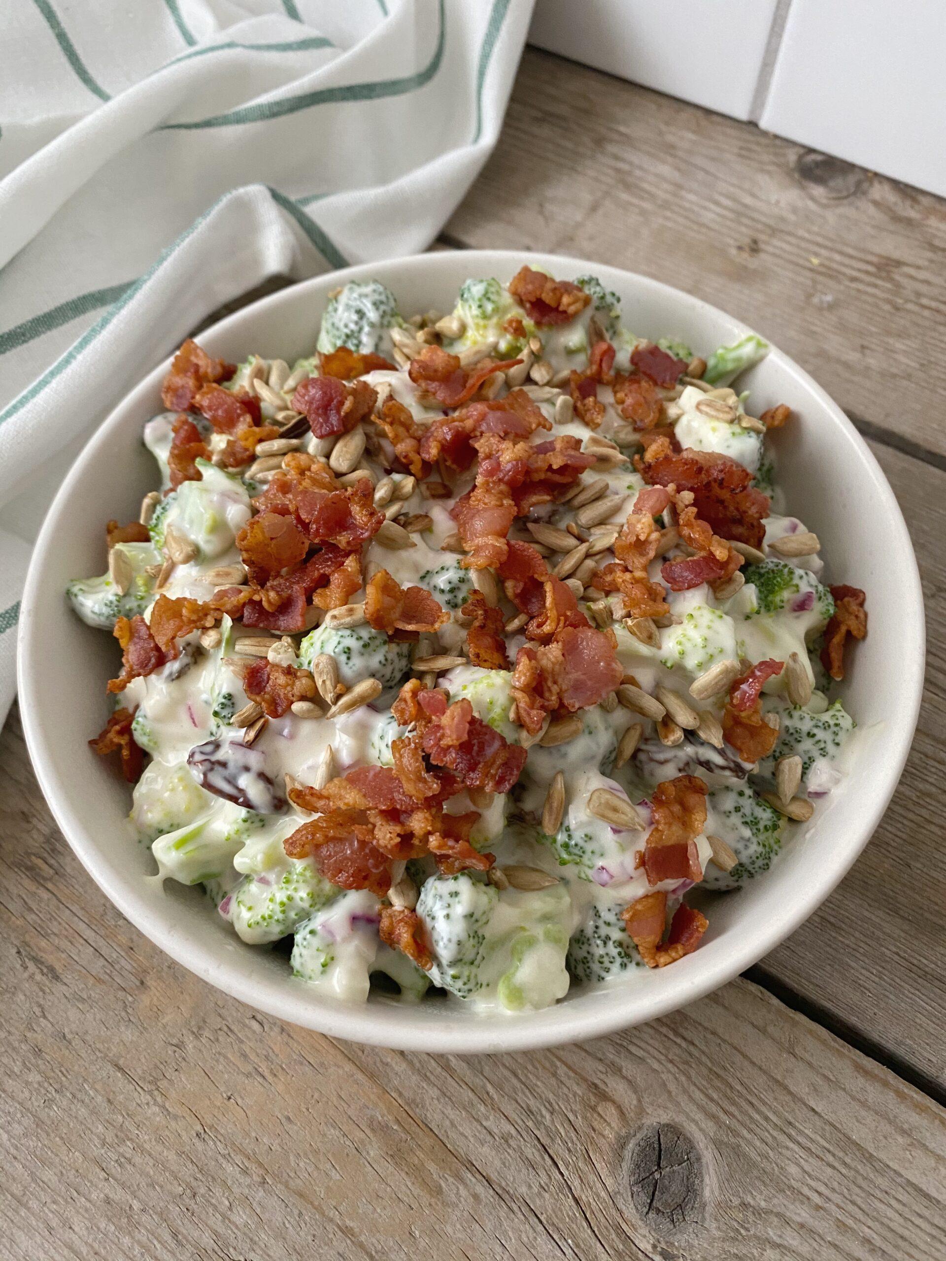 Broccolisalat toppet med bacon og solsikkekerner