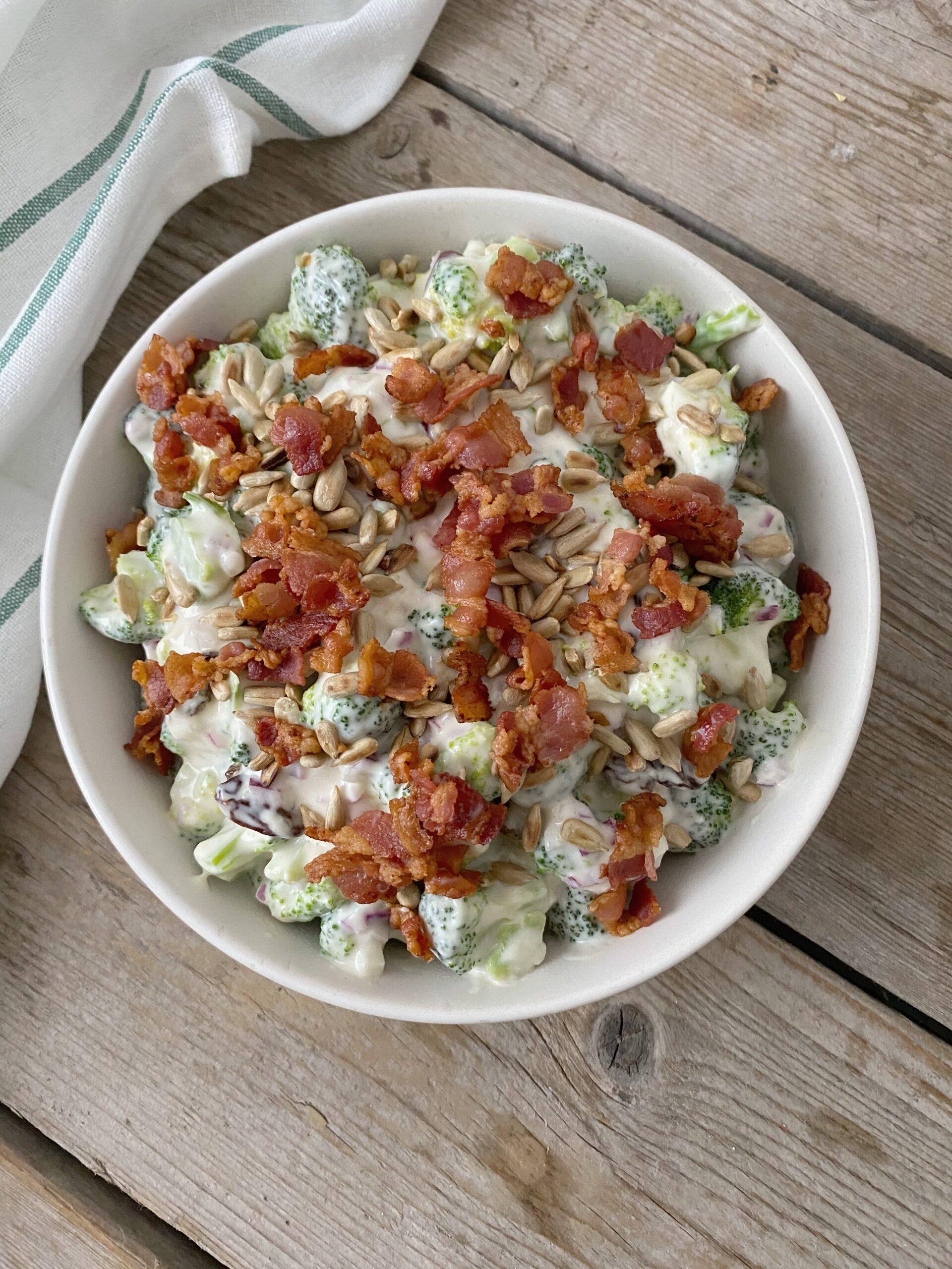 broccolisalat toppet med bacon og ristede solsikkekerner