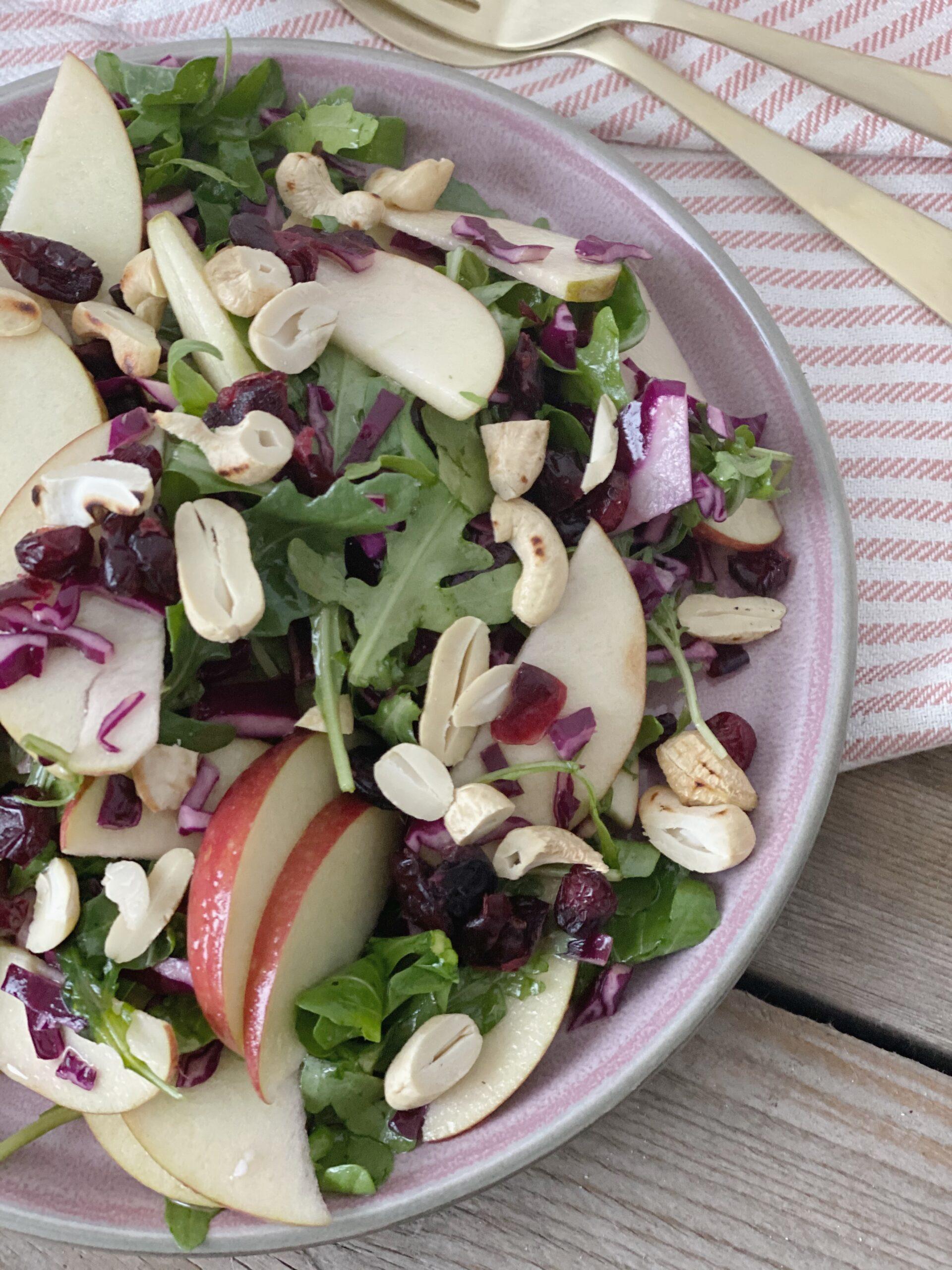 Sprød salat med æbler og cashewnødder