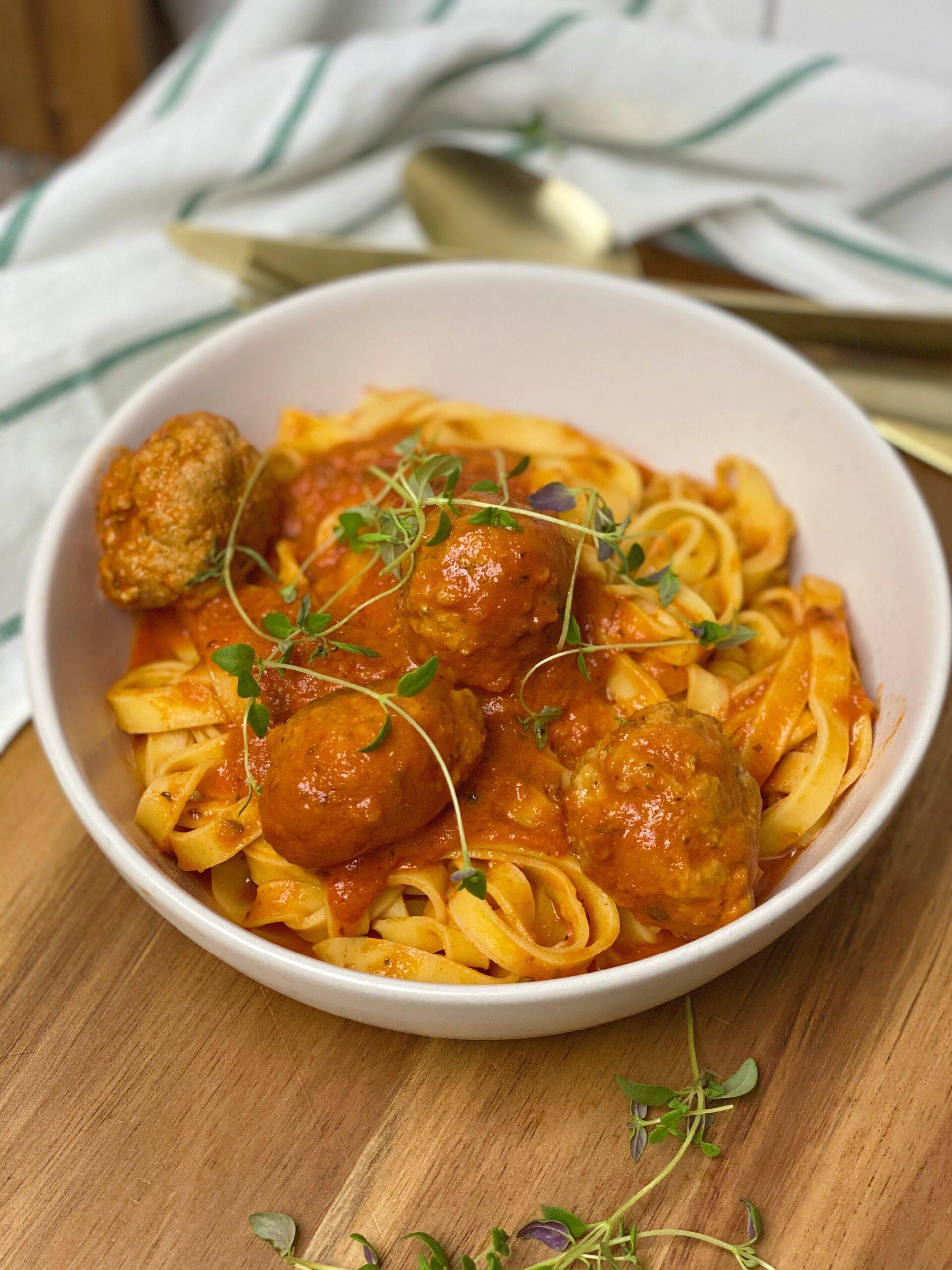 Italienske kødboller i tomatsovs med pasta