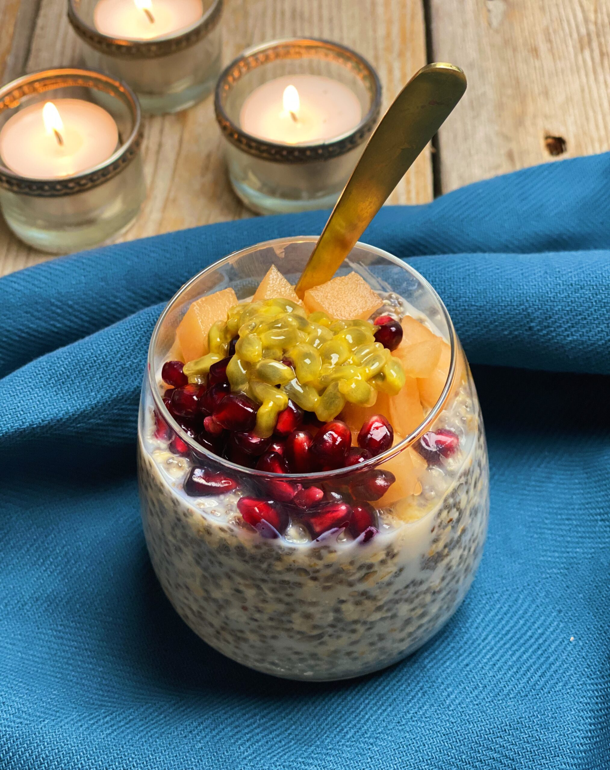 Overnight chiagrød med havregryn toppet med frisk frugt