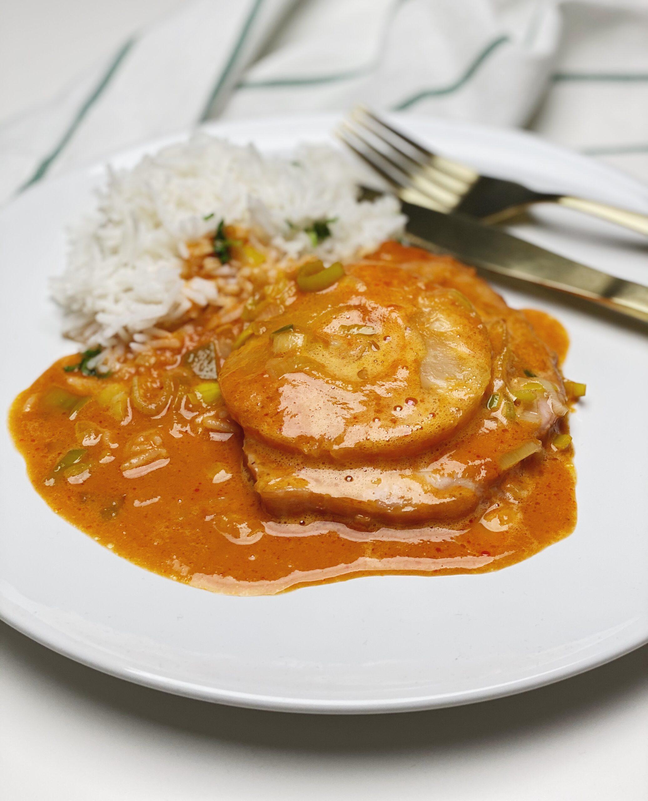 Hamburgerryg ala Hawaii anrettet på en tallerken med ris