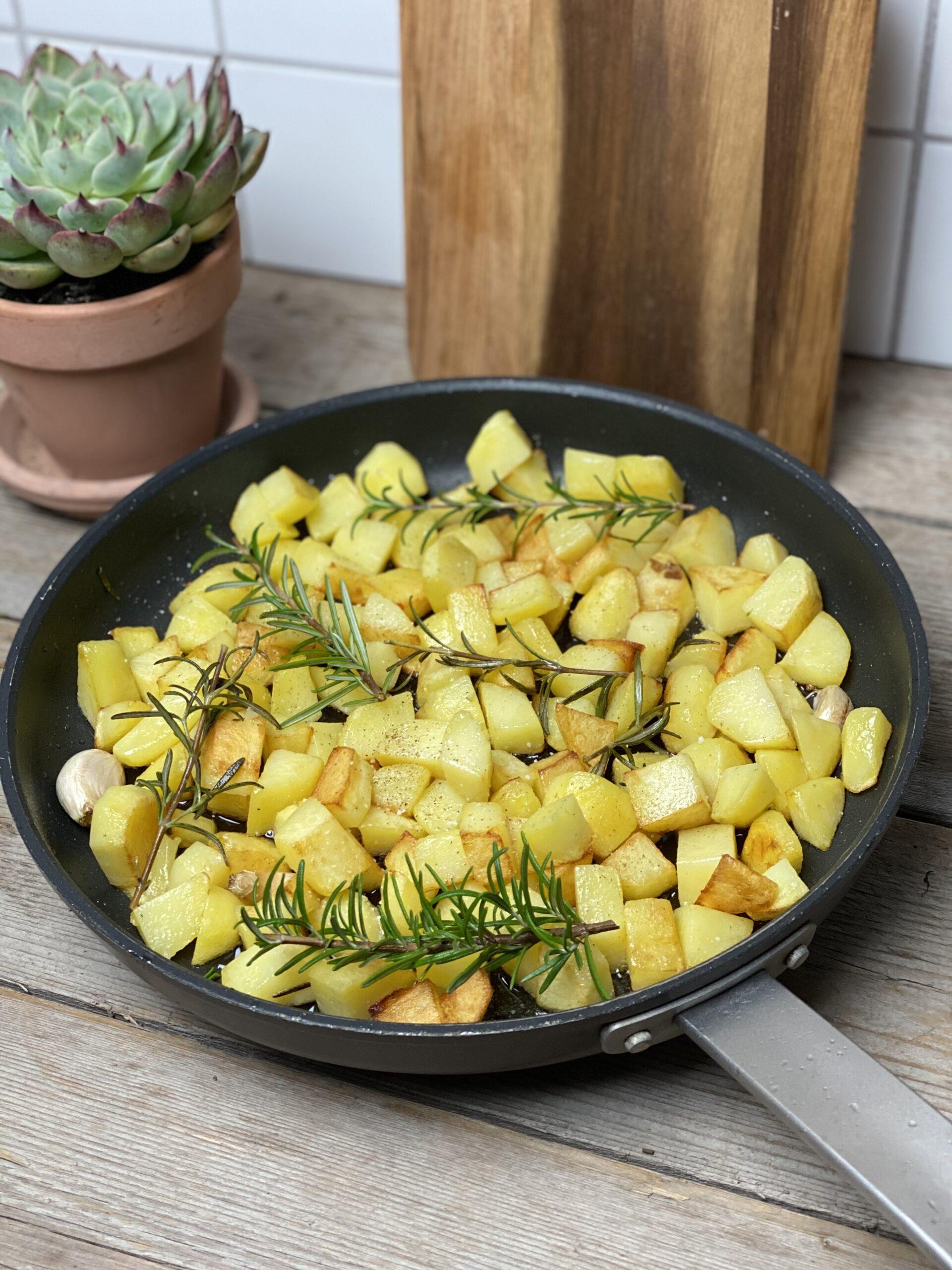Braserede kartofler med hvidløg og rosmarin