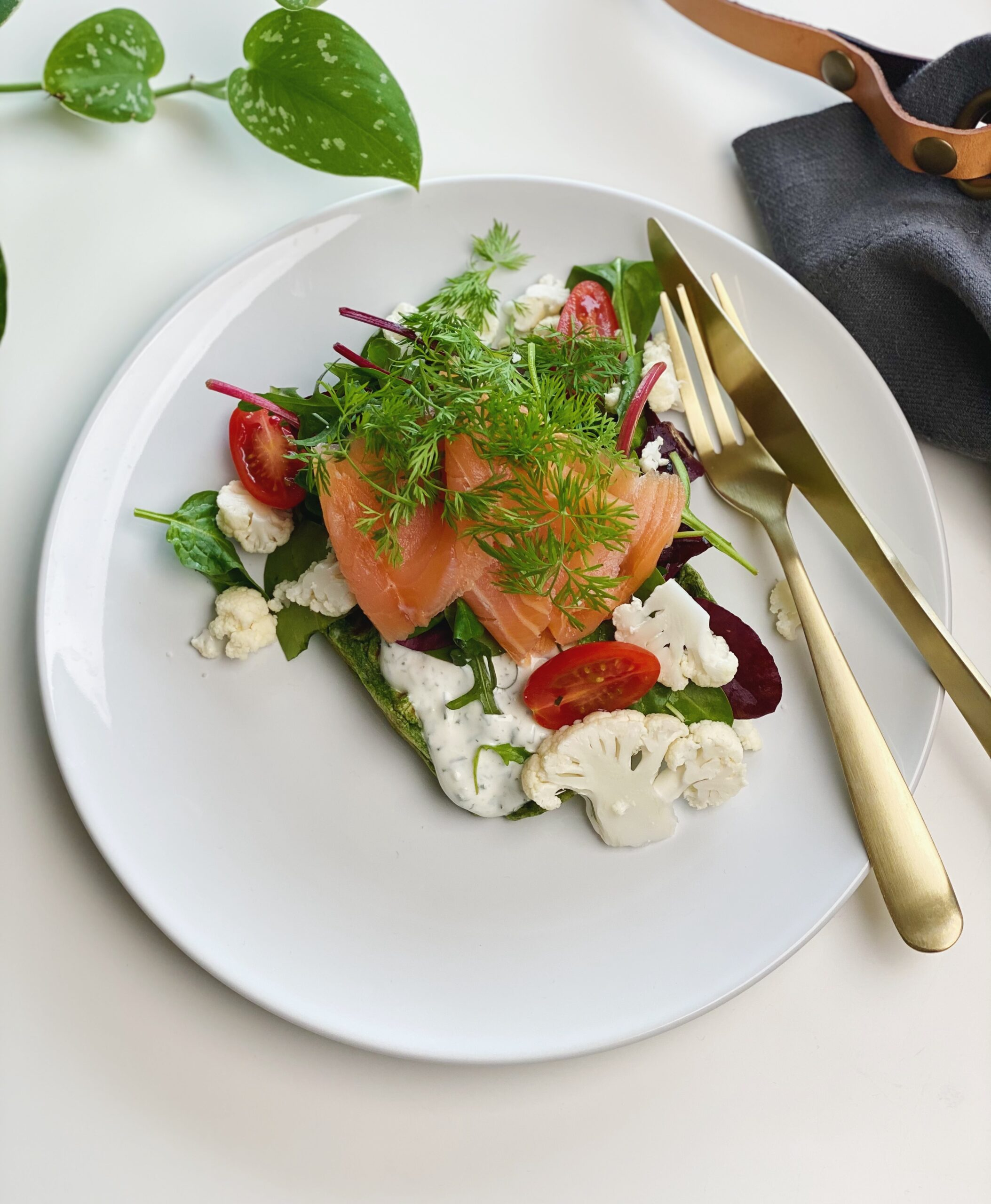 spinatvaffel med grønsager og laks