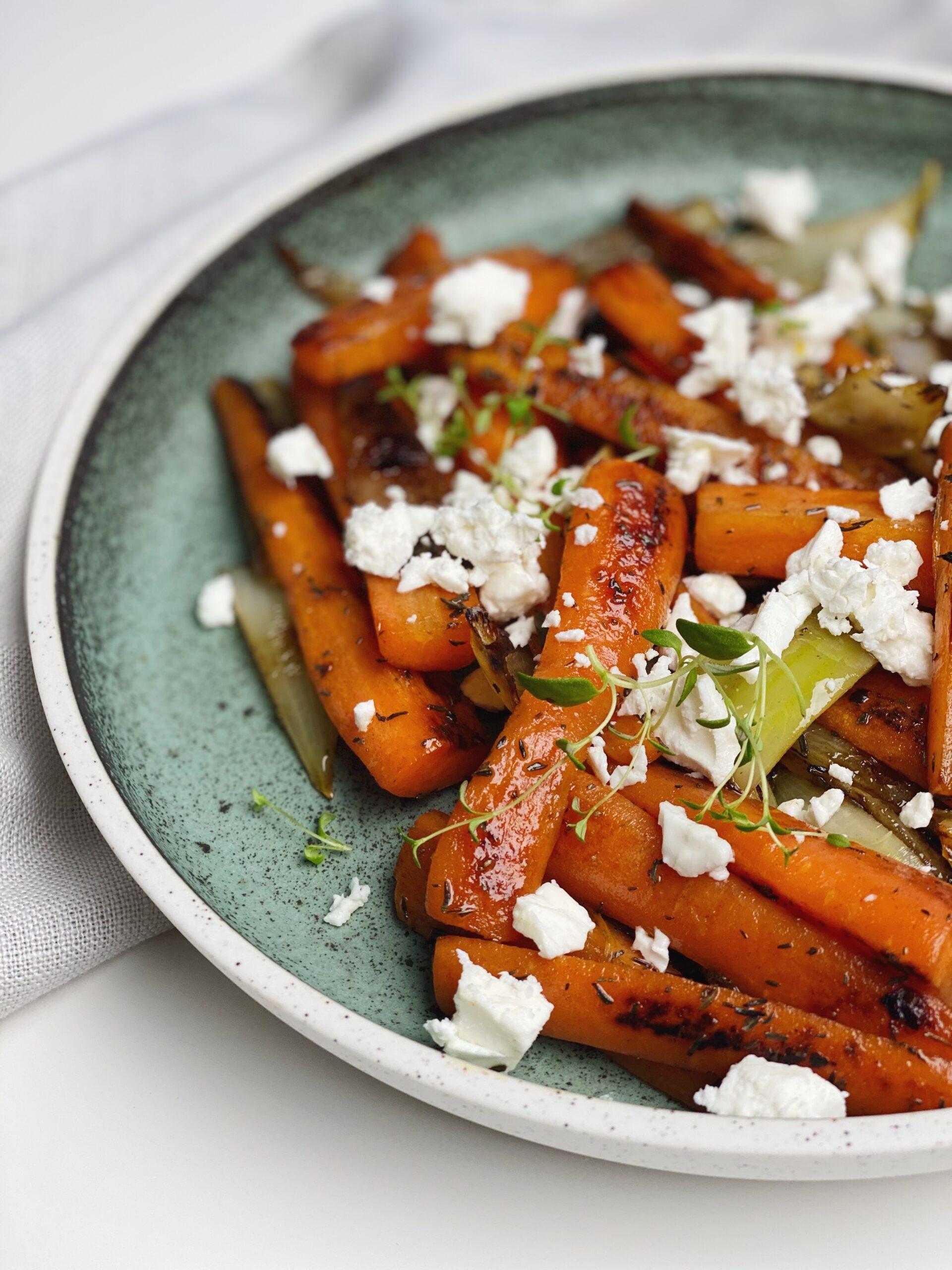 Smørstegte gulerødder og løg med feta