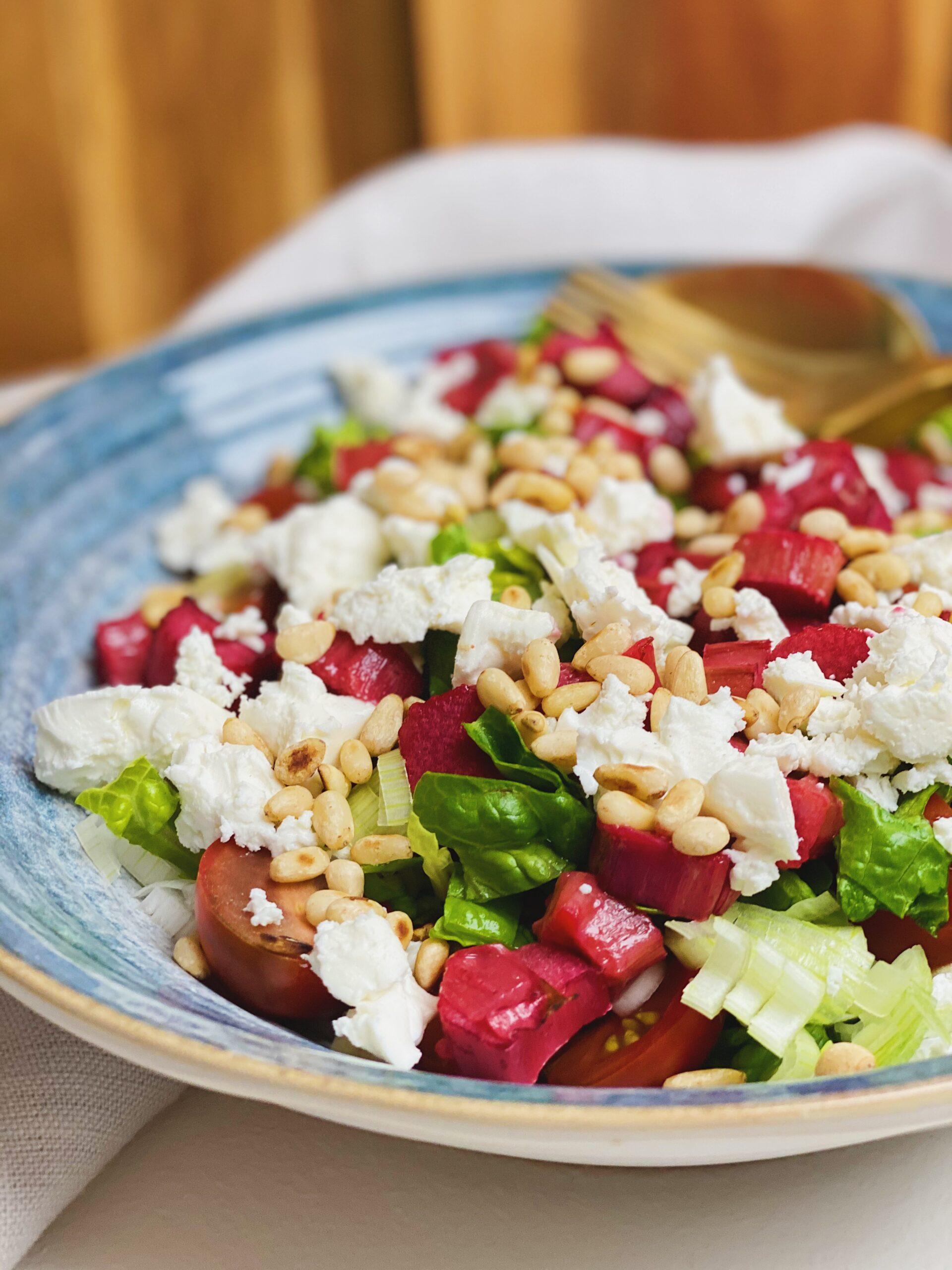 salat med bagte rabarber ind fra siden