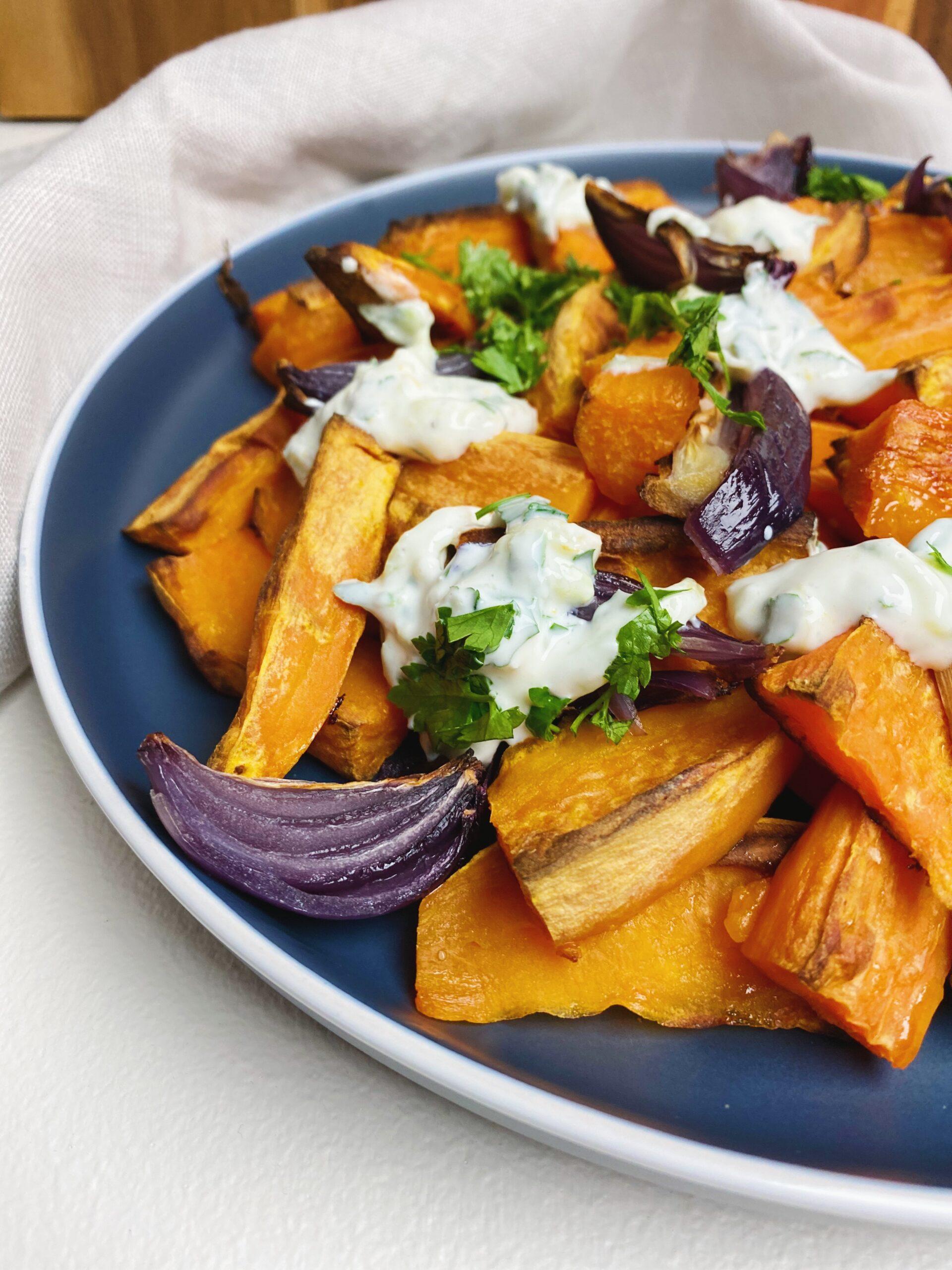Bagte søde kartofler med yoghurtdressing set tæt på