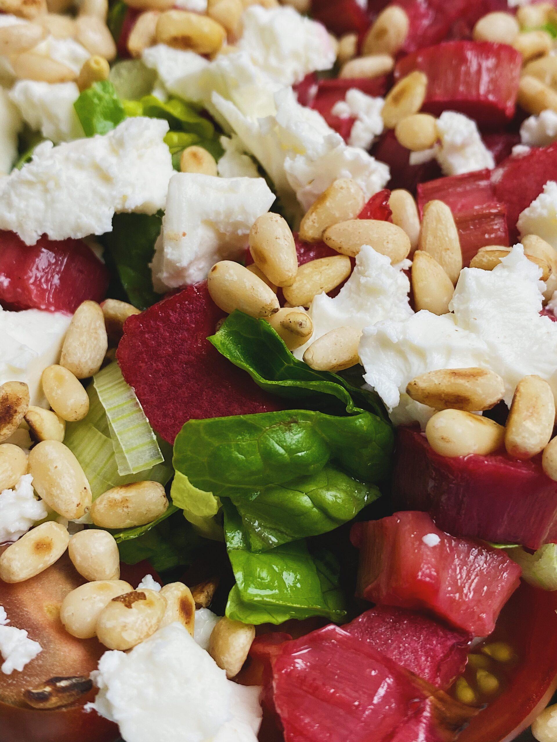 salat med bagte rabarber tæt på