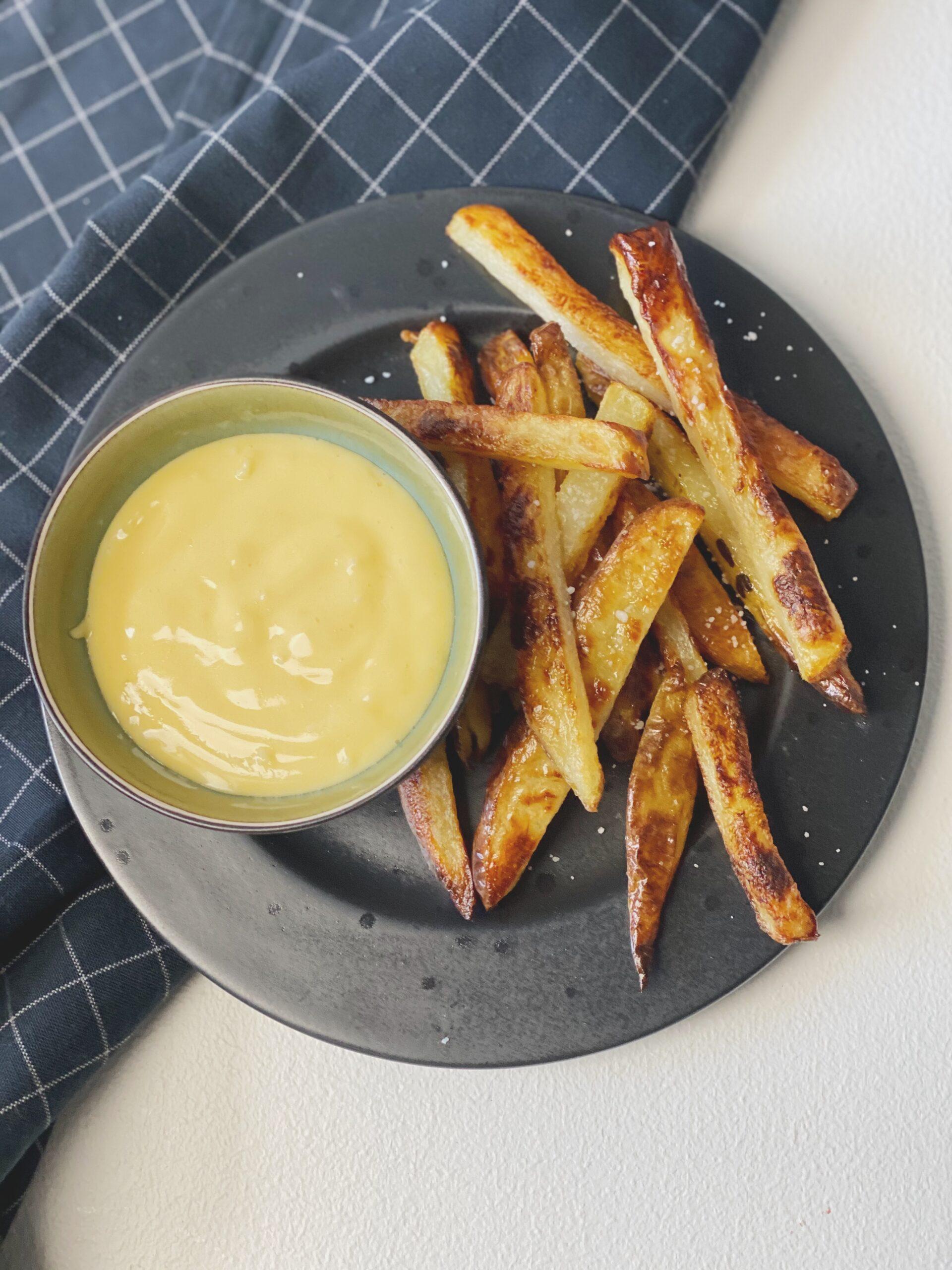 En tallerken med hjemmelavet pommes frites og aioli