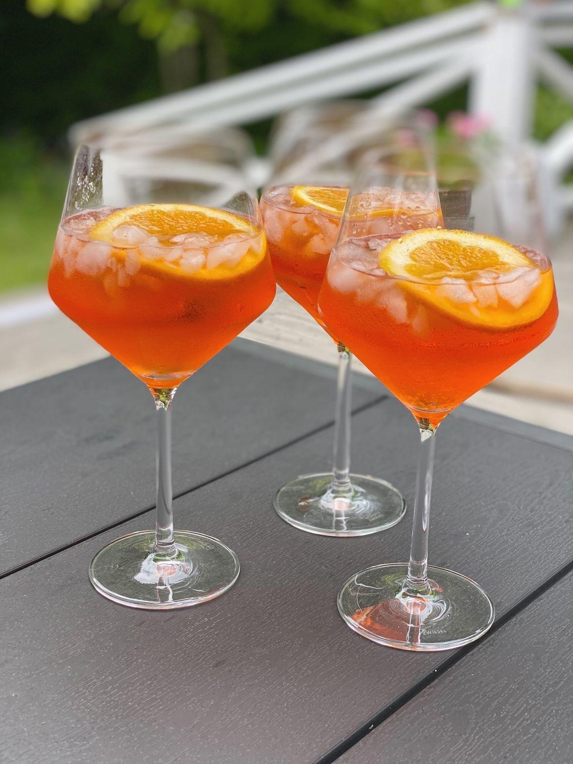 Tre glas med drinken Apreol Spritz