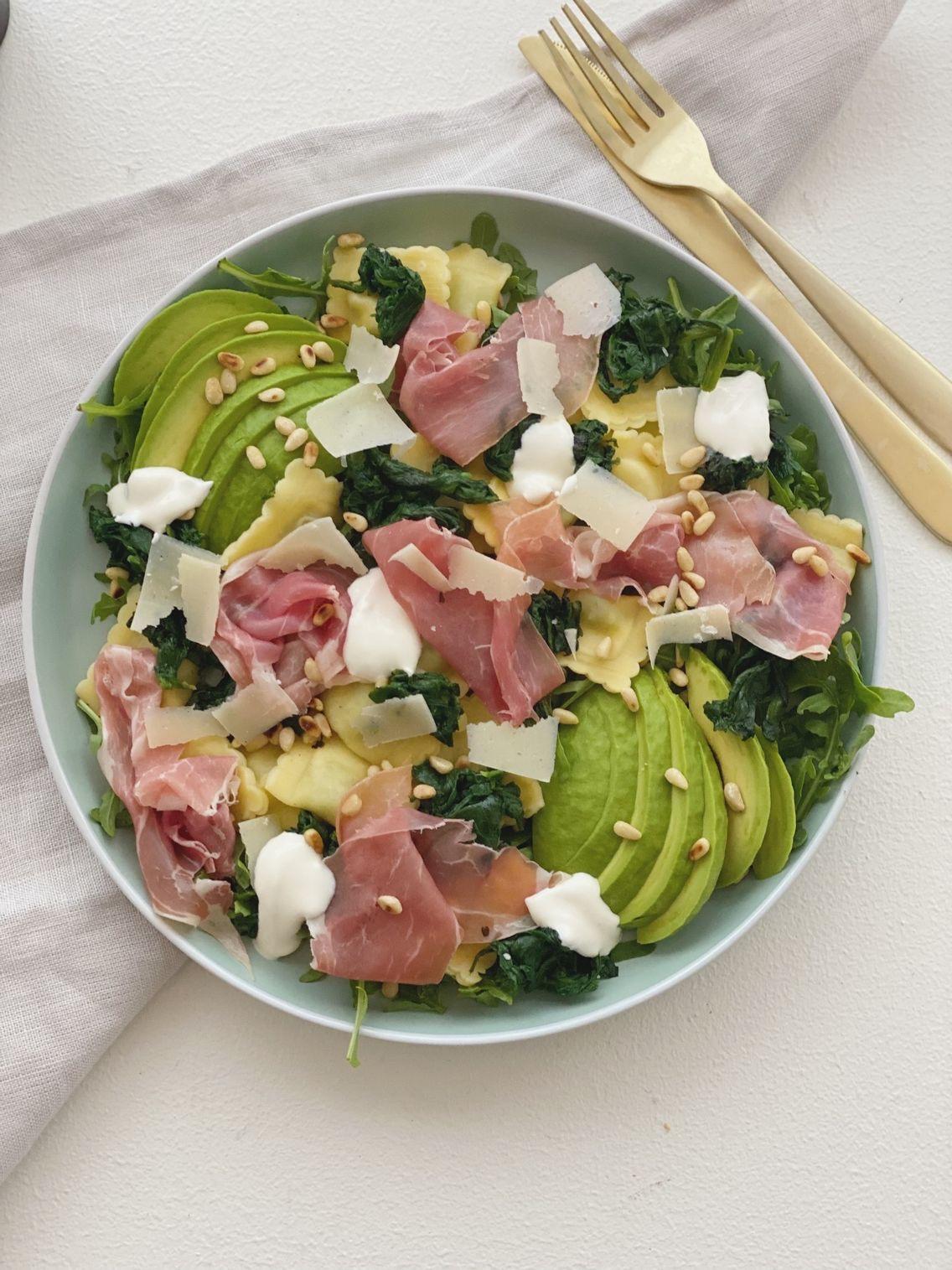Salat med ravioli og parmaskinke set oppefra