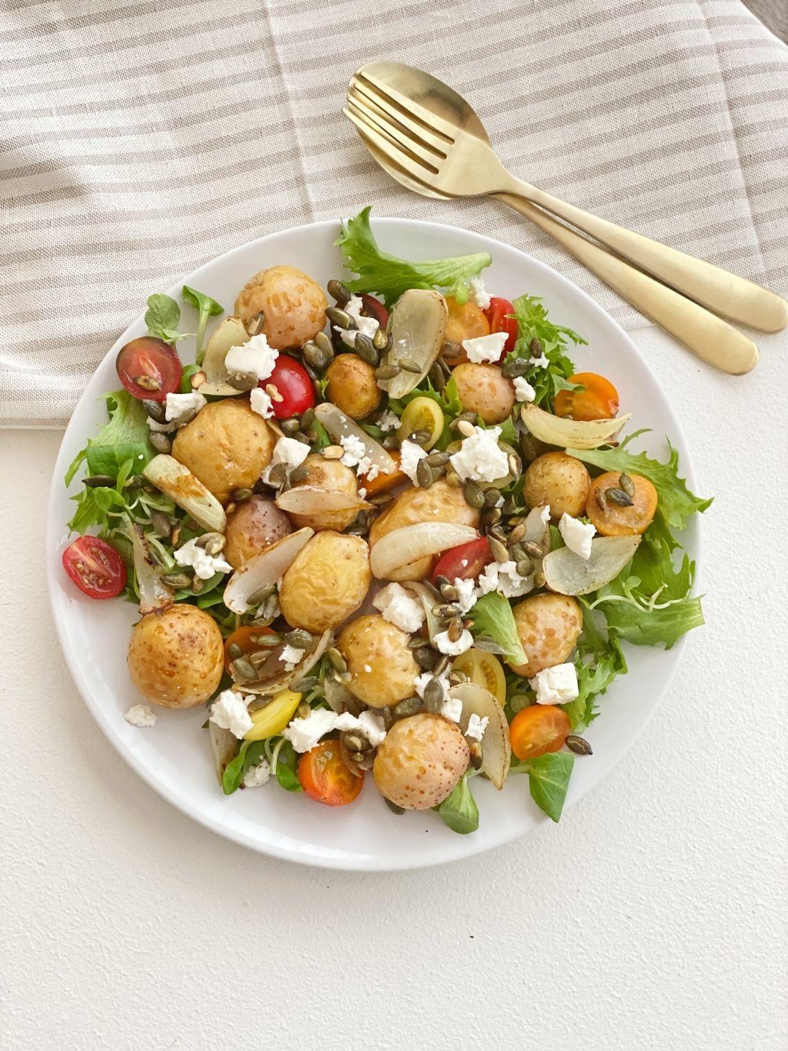 Stegte kartofler med salat set oppefra