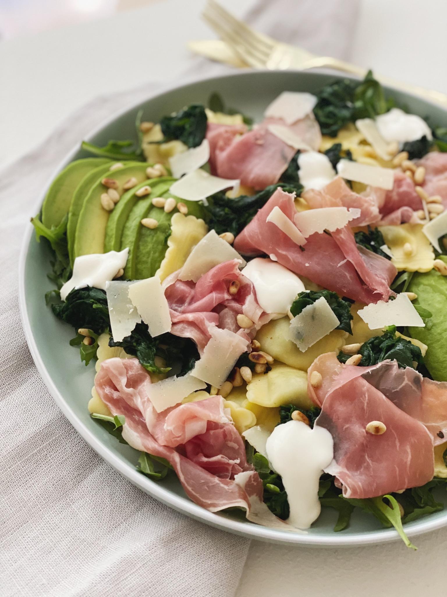 Salat med ravioli og parmaskinke set tæt på