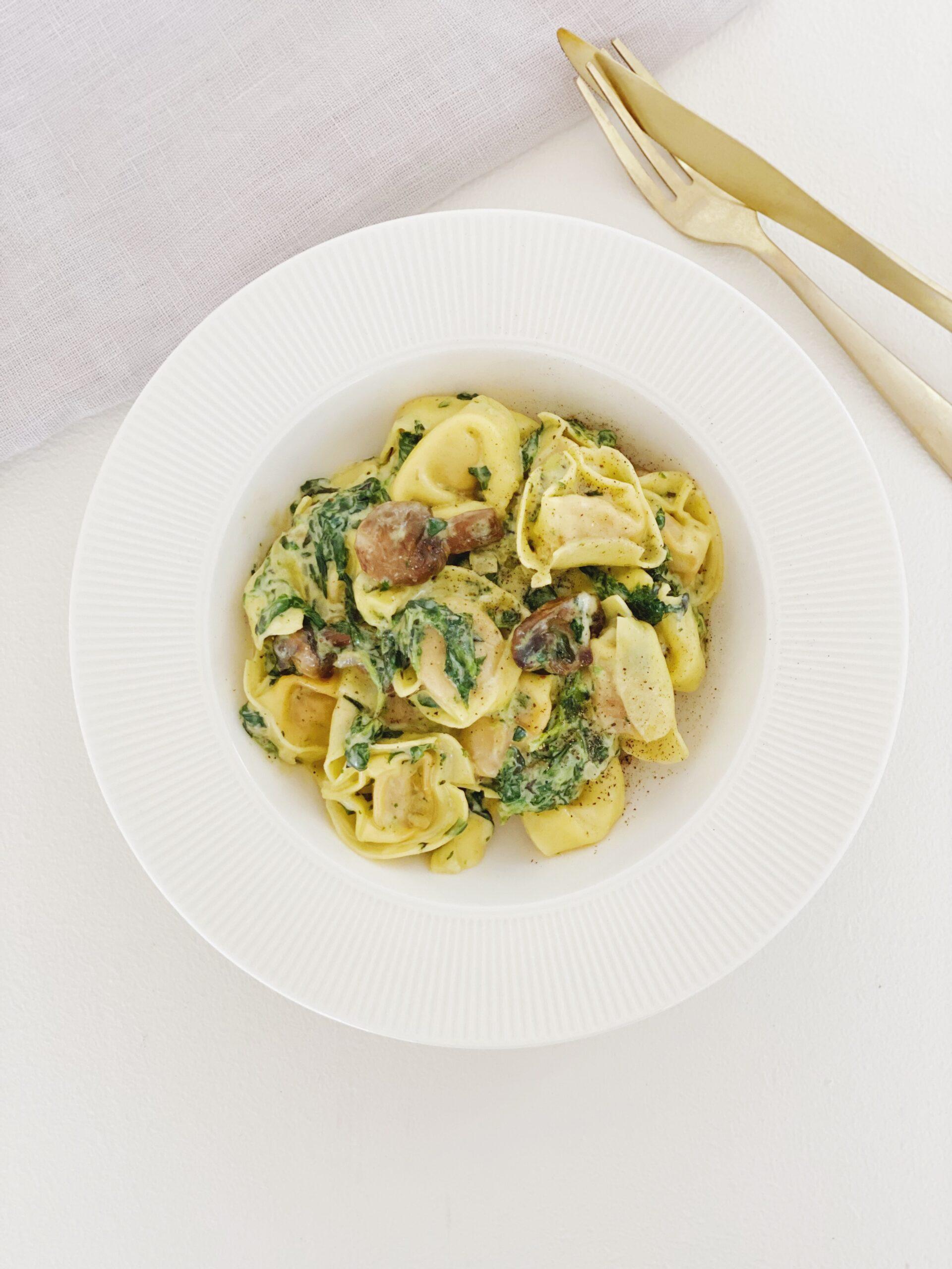 Tortellini-ret ,ed spinat og svampe set fra oven