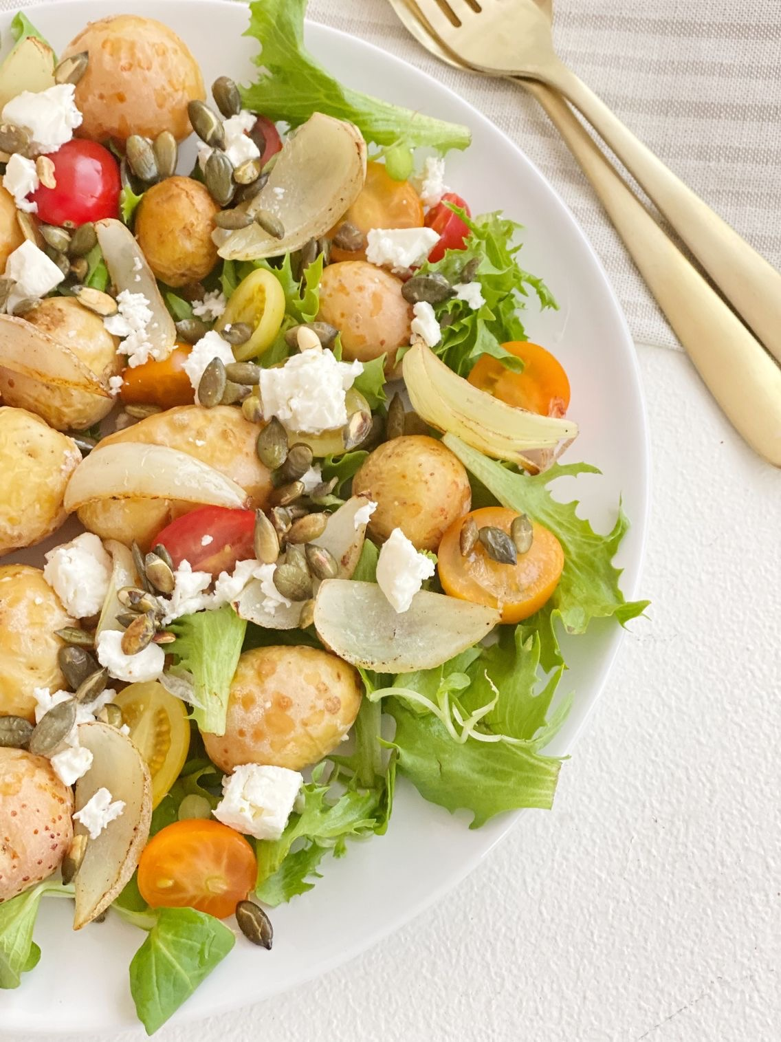 Stegte kartofler med salat set tæt på