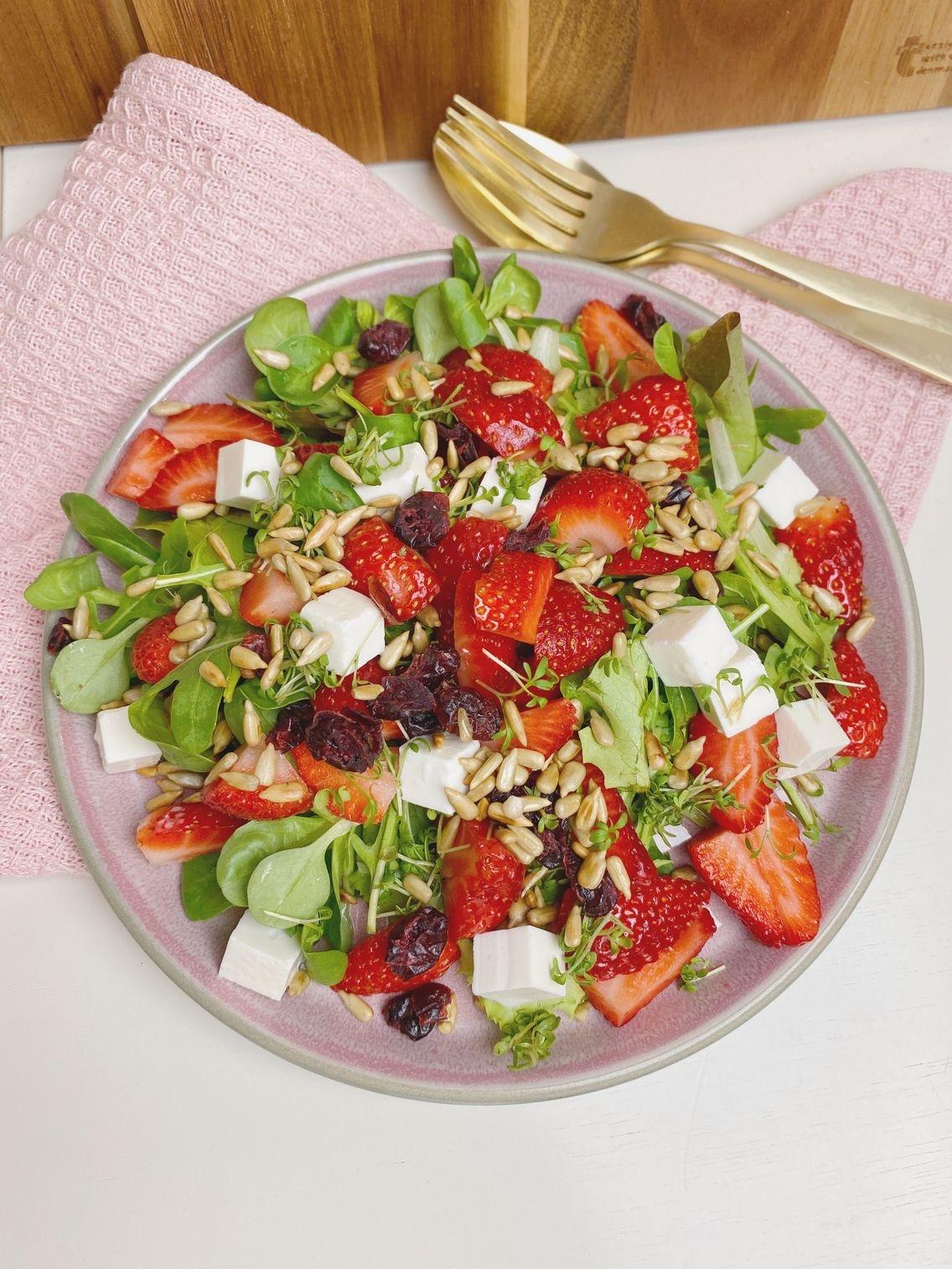 ¨Jordbærsalat med tranebær set oppefra
