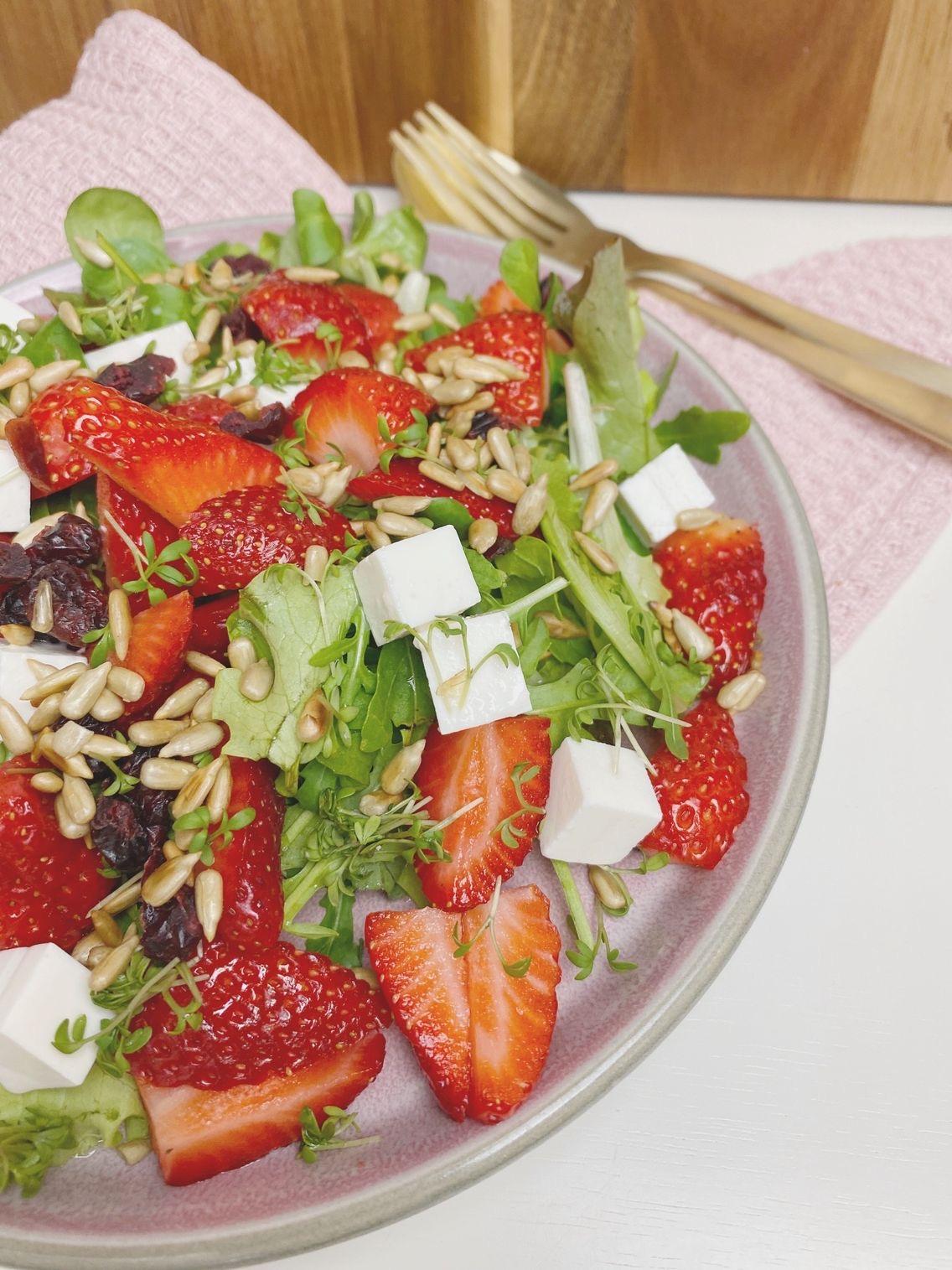 Jordbærsalat med tranebær set tæt å