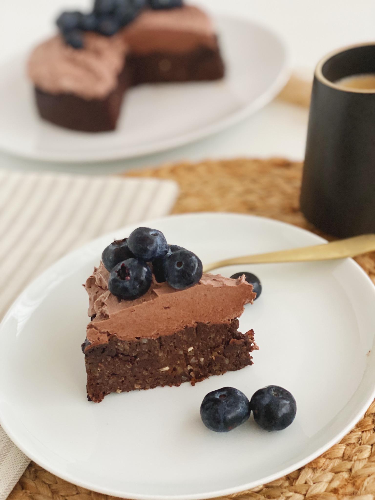 chokoladekage med avocado med kakaosmørcreme på toppen og pyntet med blåbær